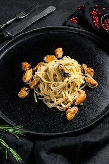 Espaguete caseiro de massa com mexilhões, molho de tomate. refeição de frutos do mar