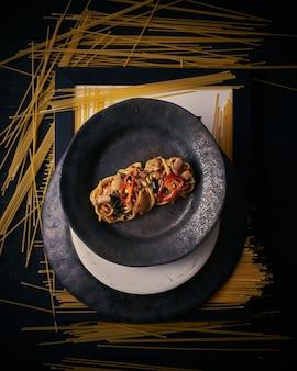 Espaguete com a folha da manjericão da carne de porco da pimenta.