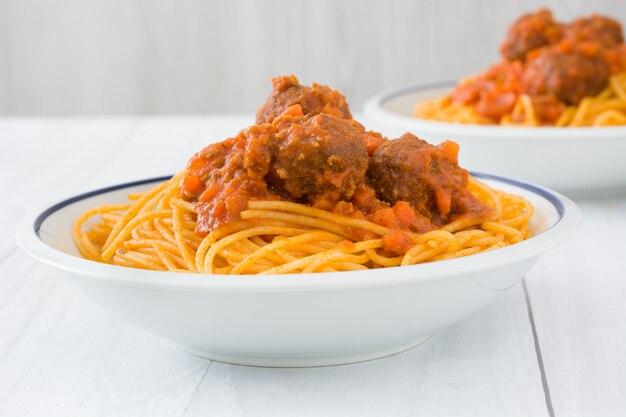 Espaguete com almôndegas na mesa de madeira