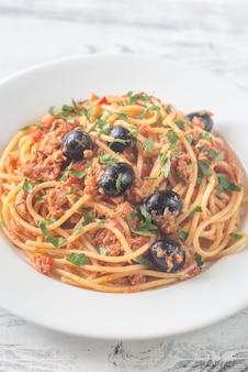 Espaguete com atum e azeitonas pretas