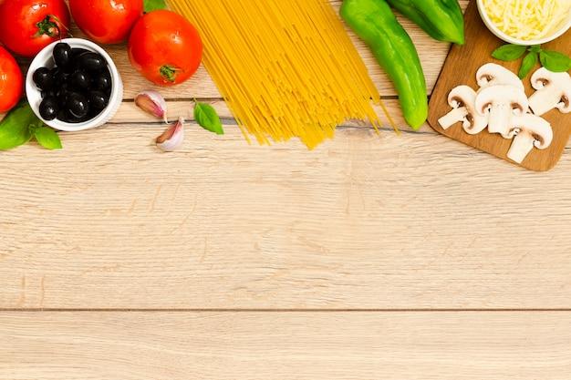 Espaguete com azeitonas e cogumelos