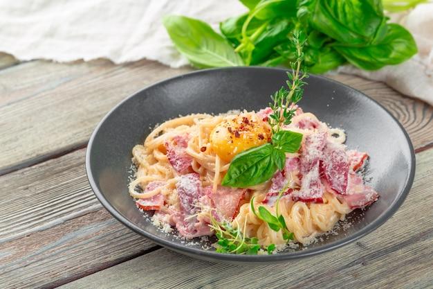 Espaguete com bacon e queijo parmesão