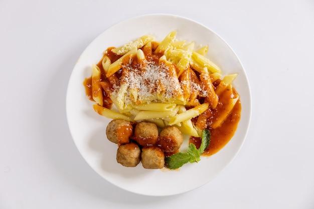 Espaguete com bolinhos de frango e molho de tomate