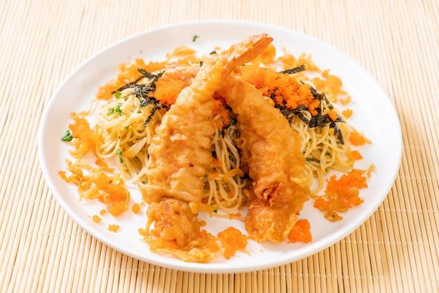 Espaguete com camarão tempura e ovo de camarão