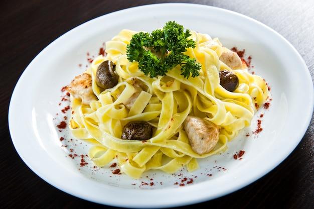 Espaguete com cogumelos e molho
