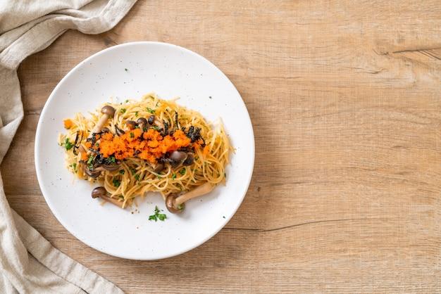 Espaguete com cogumelos, ovo de camarão e algas
