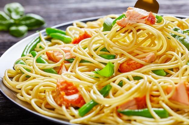 Espaguete com feijão verde e salmão