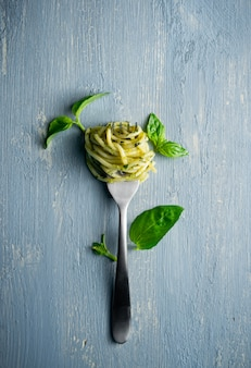 Espaguete com folhas de manjericão verde pesto e
