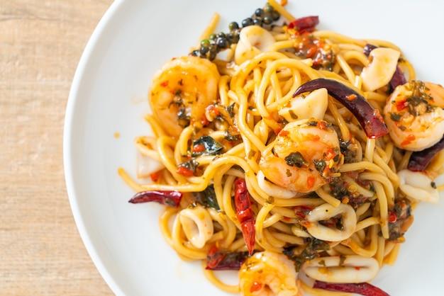 Espaguete com frutos do mar picantes - misture espaguete frito com camarão, lula e pimenta malagueta