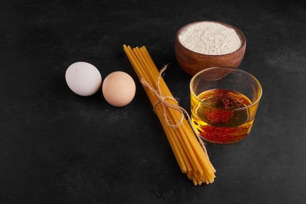 Espaguete com ingredientes ao redor.