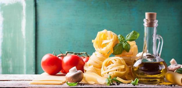Espaguete com ingredientes frescos