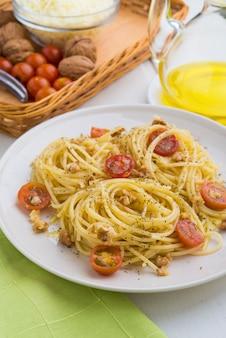 Espaguete com ingredientes