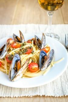 Espaguete com mexilhões e tomate cereja