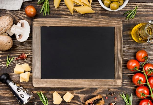 Espaguete com moldura de azeitonas e legumes