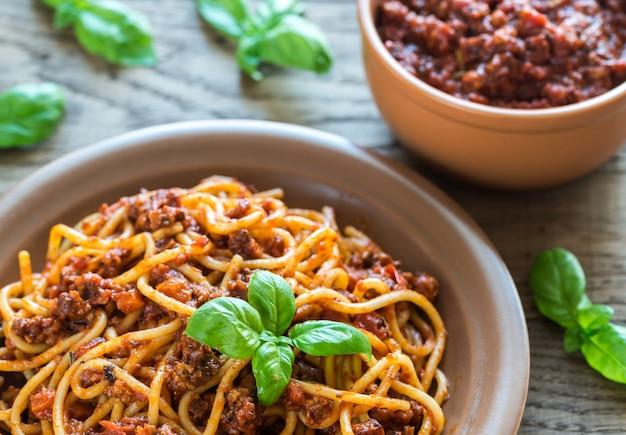 Espaguete com molho à bolonhesa na mesa de madeira