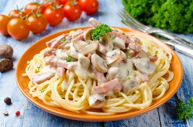 Espaguete com molho bechamel, cogumelos e bacon