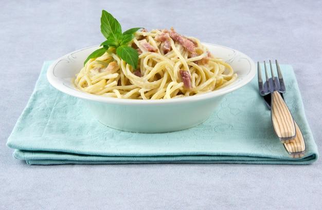 Espaguete com molho carbonara