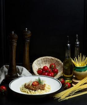 Espaguete com molho de carne, tomate cereja e parmesão