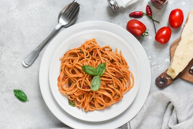 Espaguete com molho de tomate com manjericão