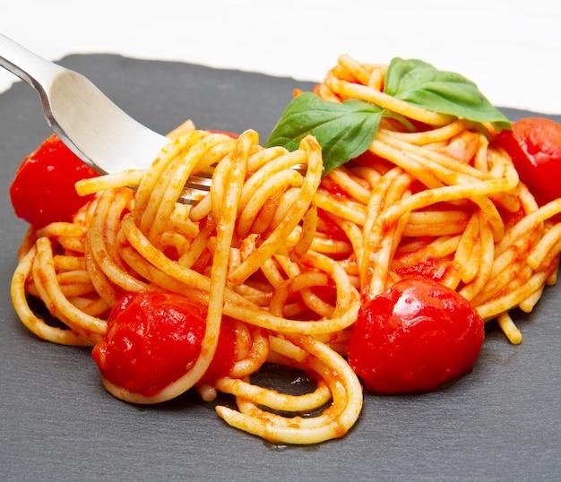 Espaguete com molho de tomate e manjericão
