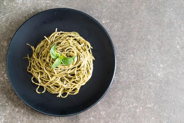 Espaguete com pesto de manjericão