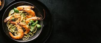 Espaguete com pesto e camarão servido na chapa