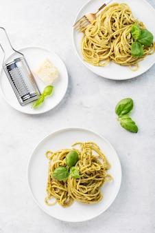 Espaguete com pesto sause