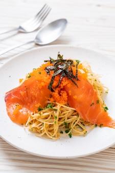Espaguete com salmão defumado e ovo de camarão