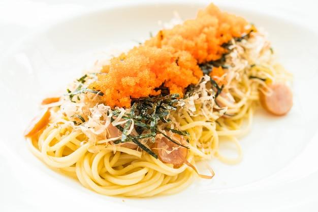 Espaguete com salsicha, ovo de camarão, algas marinhas, lula seca no topo