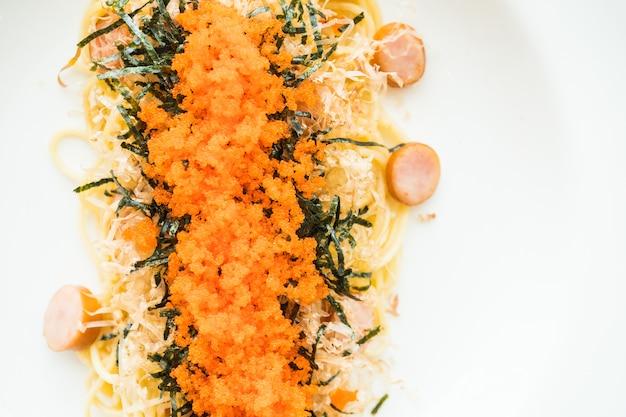 Espaguete com salsicha, ovo de camarão, algas marinhas, lulas secas no topo