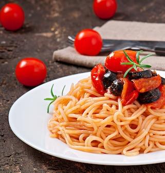 Espaguete com tomate e azeitonas