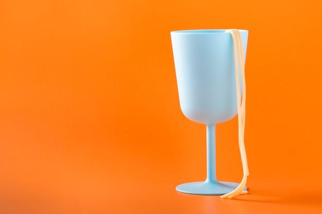Espaguete cozido na borda do copo