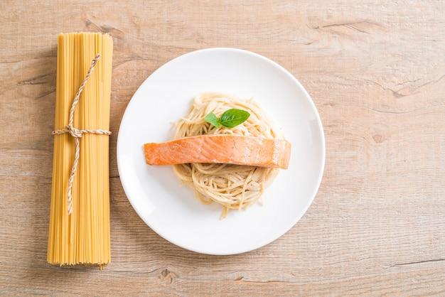 Espaguete cream cheese molho branco com salmão