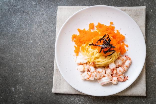 Espaguete cremoso com camarão e ovos de camarão, estilo de comida de fusão