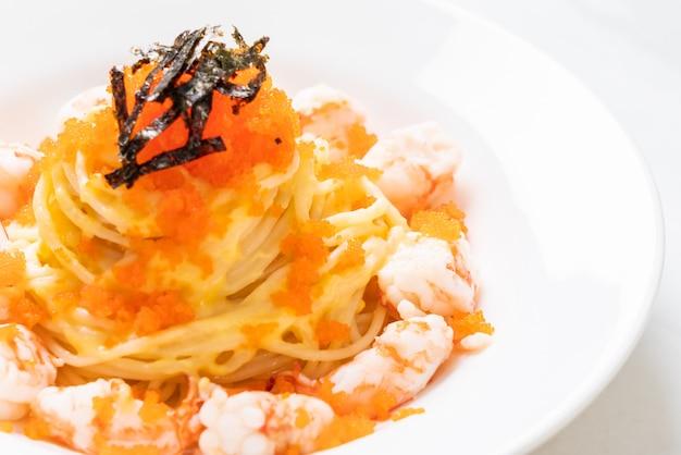 Espaguete cremoso com camarão e ovos de camarão