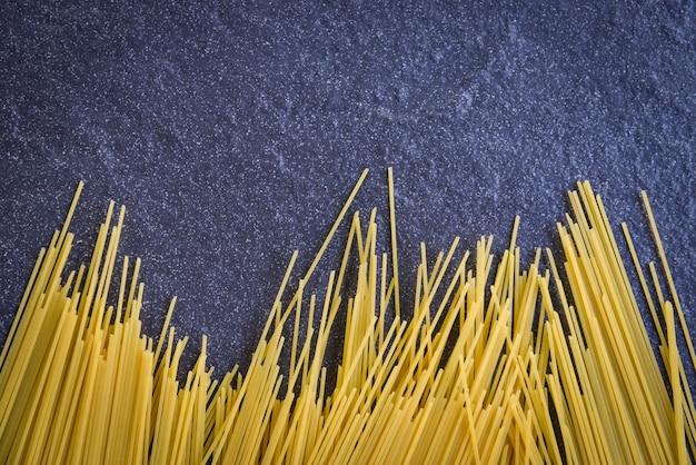Espaguete cru macarrão italiano amarelo espaguete cru por muito tempo pronto para cozinhar no restaurante comida italiana e menu