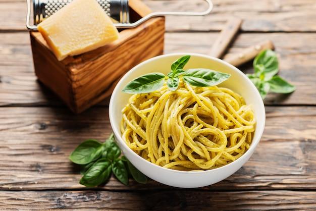 Espaguete da ligúria com manjericão
