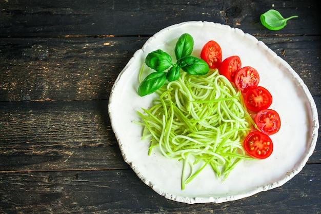 Espaguete de abobrinha tomate salada legumes