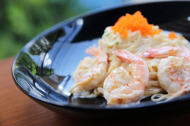 Espaguete de camarão com saco branco
