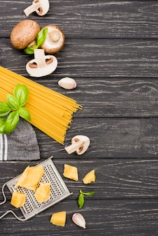 Espaguete de cópia-espaço com cogumelos