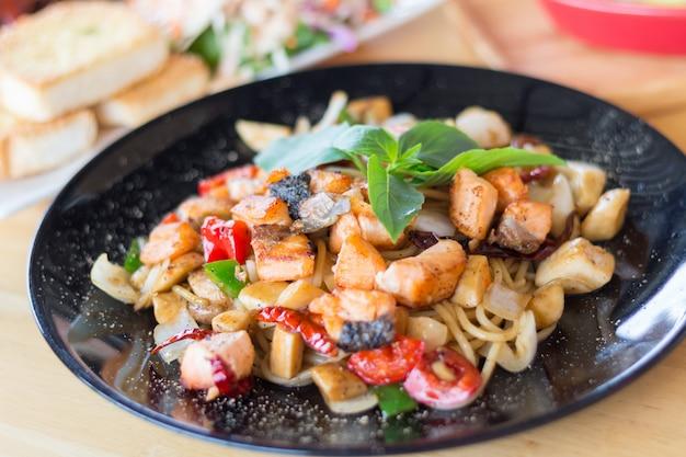 Espaguete de ervas picante com carne de salmão defumado