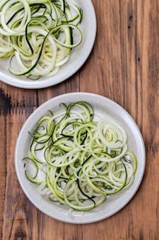 Espaguete de legumes no prato