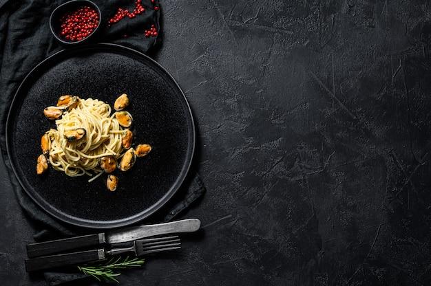 Espaguete de macarrão caseiro com mexilhões, molho de tomate