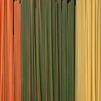 Espaguete de macarrão colorido seco