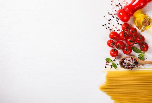 Espaguete de macarrão com ingredientes para cozinhar macarrão