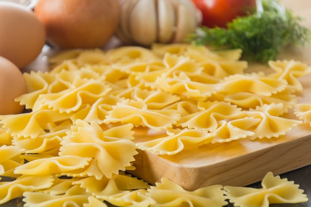 Espaguete de macarrão seco com ingrediente