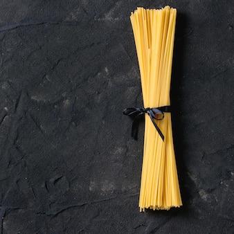 Espaguete de macarrão seco