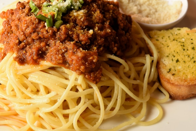 Espaguete de massa italiana com molho de tomate e manjericão