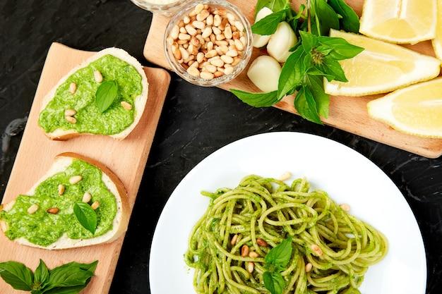 Espaguete de massa italiana com pesto de manjericão caseiro