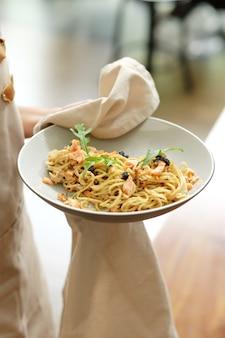 Espaguete de pimenta preta com carne de lombo grelhada
